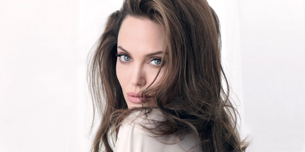 Анджелина Джоли показала все свои татуировки в рекламе нового аромата Guerlain