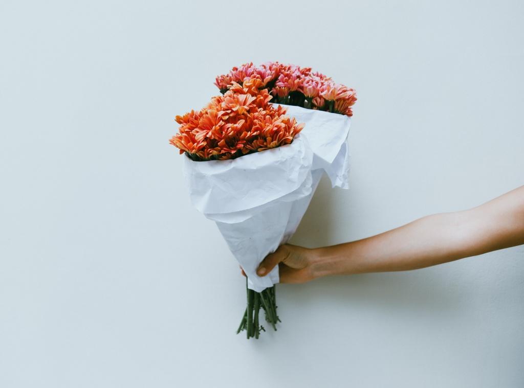 2 главные причины, почему мужчина не дарит вам подарки  (и как корректно намекнуть, что вы хотите)