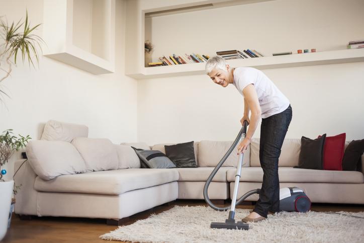 Уборка дома помогает в профилактике переломов