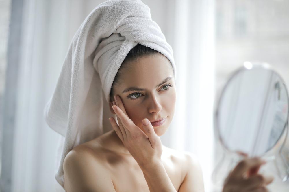 Как сохранить ровный тон кожи с помощью салонных и домашних процедур: рассказывает косметолог
