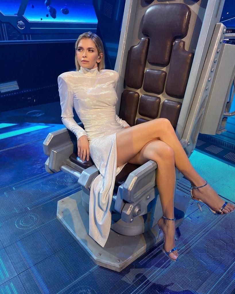 Вера Брежнева рассказала, что «голое» платье для нового клипа весило 5 килограммов