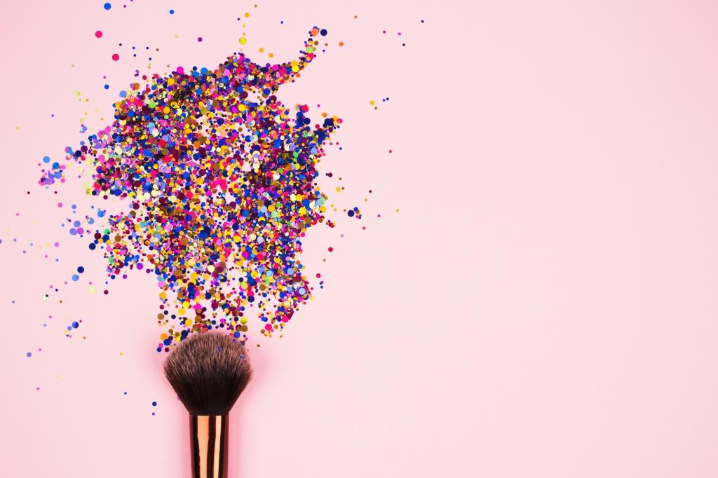 Смешать, но не взбалтывать: 10 необычных способов использовать косметику (рассказывают мировые визажисты)