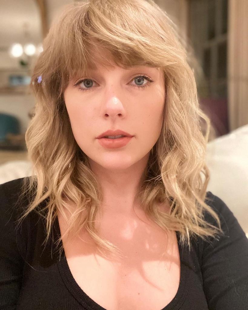 Тейлор Свифт превратила свои волосы в радугу и дополнила образ ярким макияжем