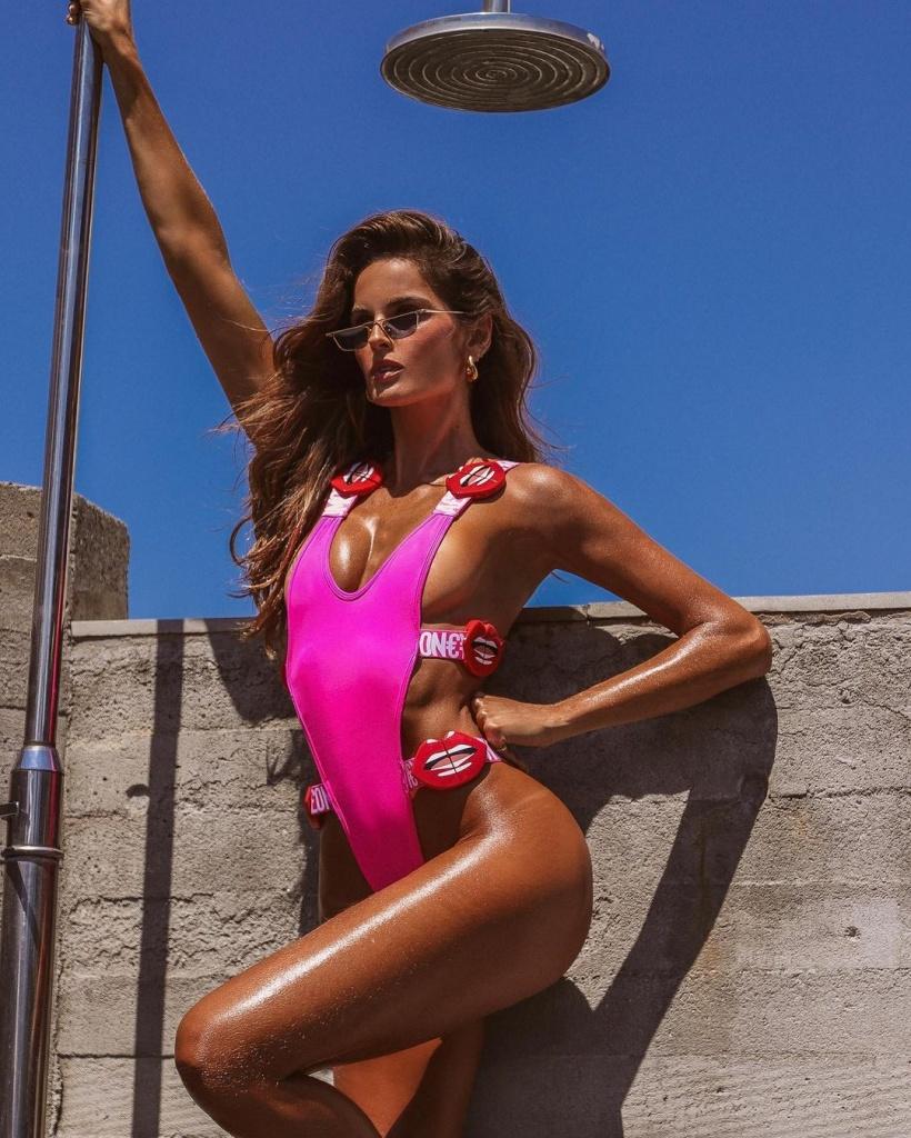 Изабель Гулар в розовом купальнике.jpg
