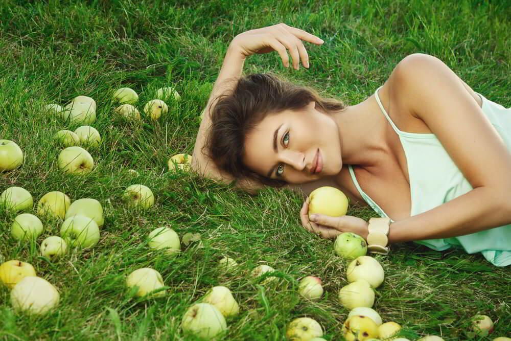девушка с яблоками.jpg