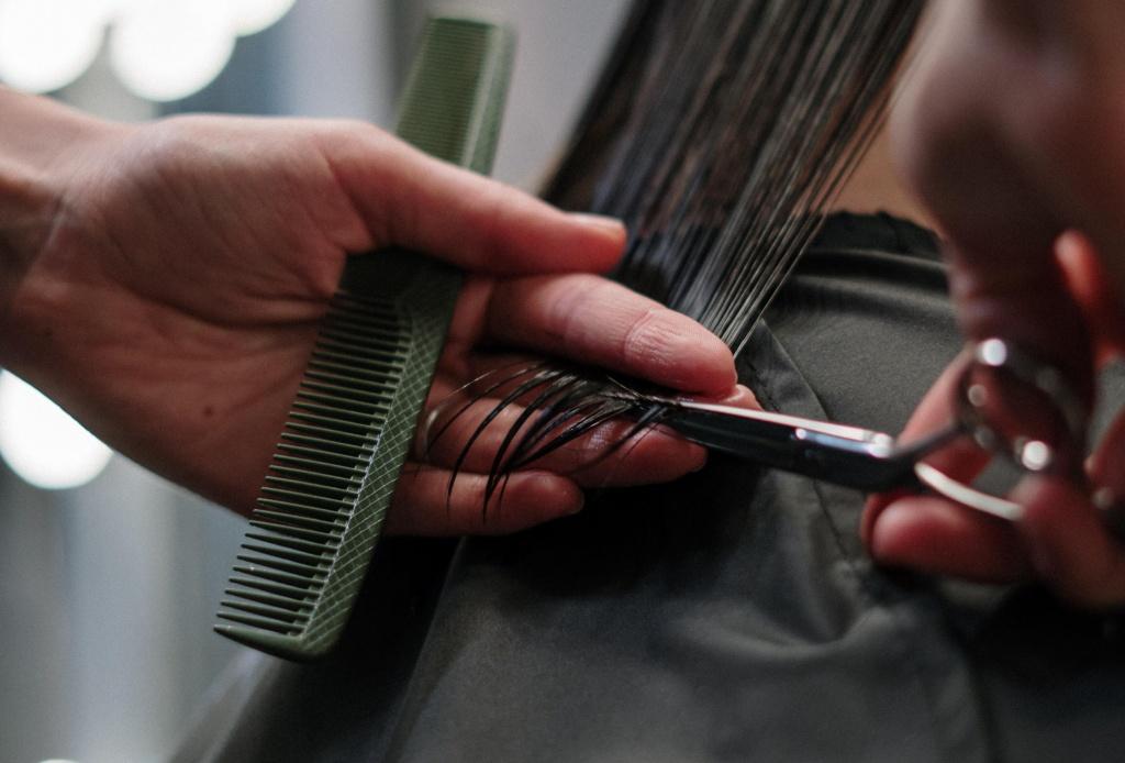 стилист отрезает волосы.jpg
