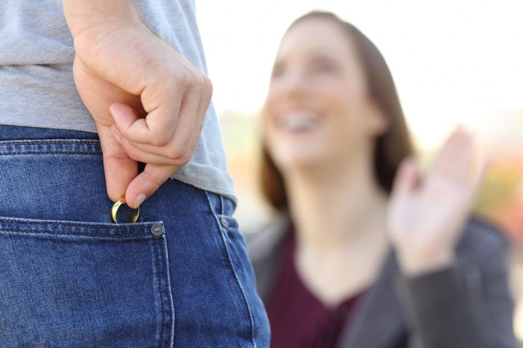 Что делать, если «липнут» женатики
