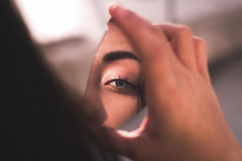 Почему слезятся глаза на улице: 5 основных причин