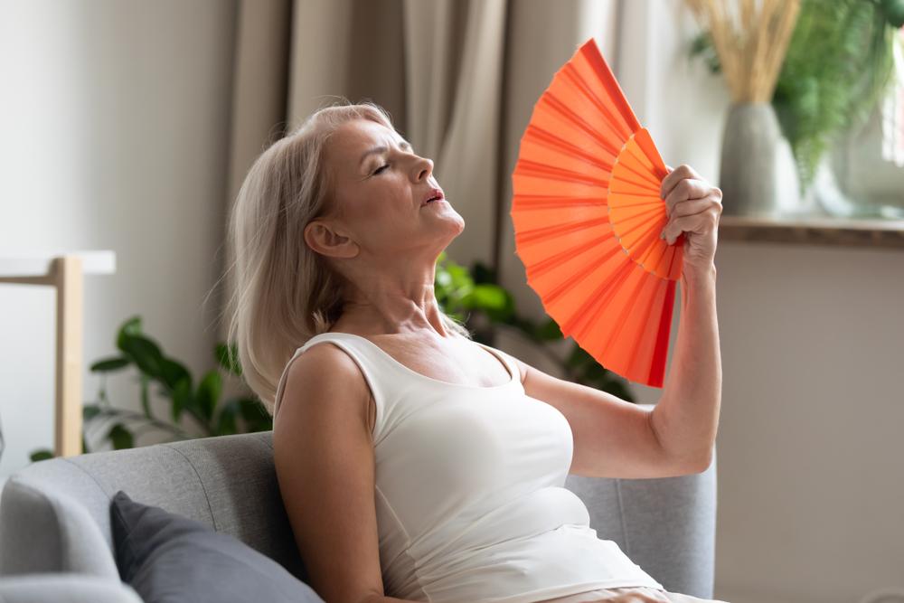 Приливы и пот по ночам могут увеличить риск сердечно-сосудистых заболеваний у женщин