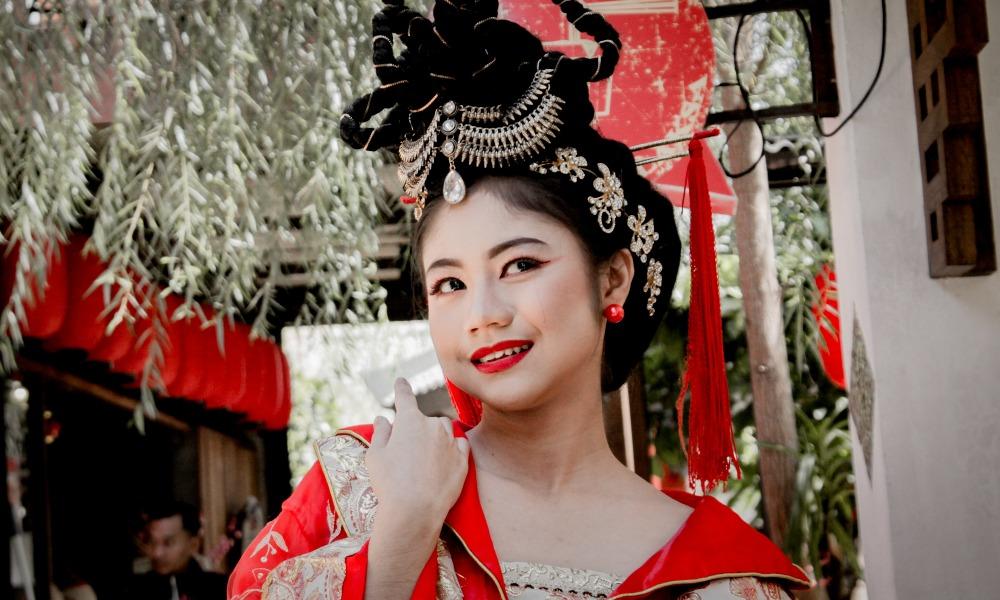 Азиатка в традиционной одежде.jpg