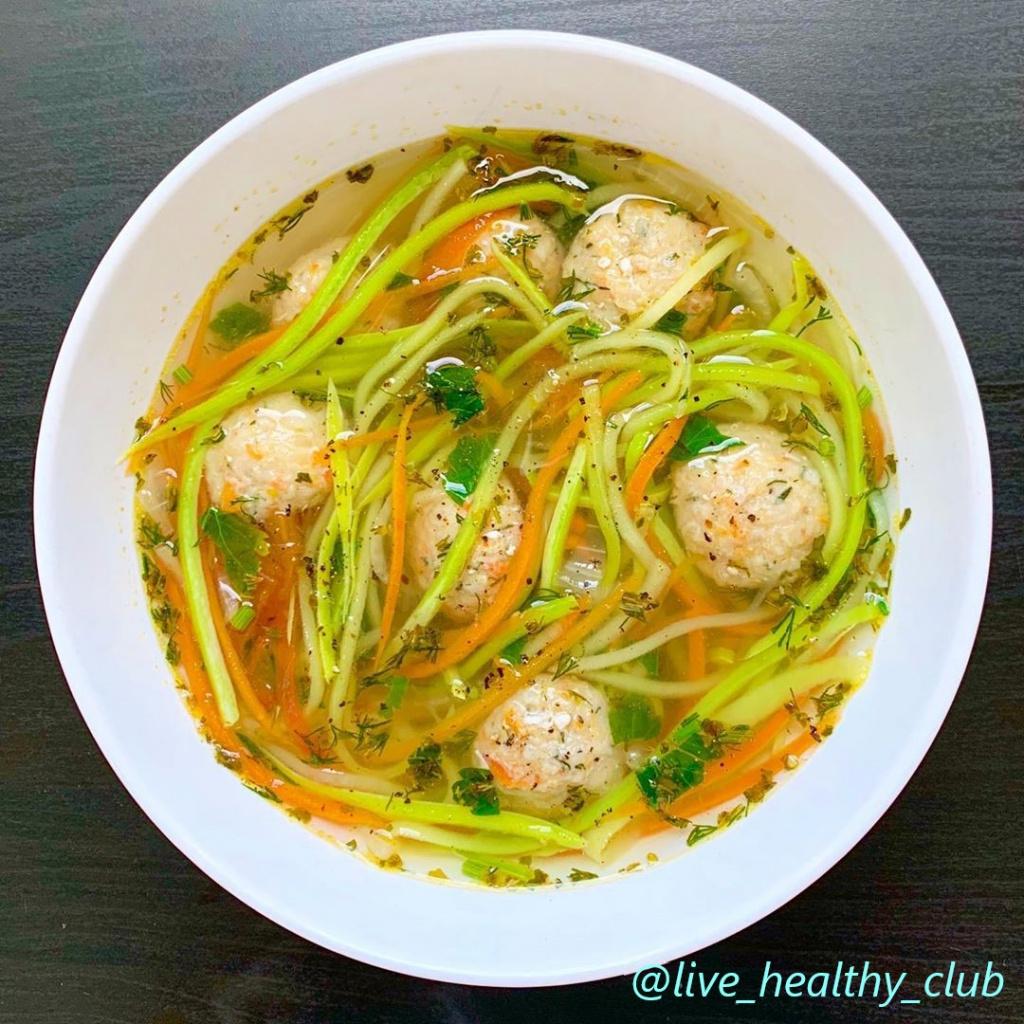 Суп с фрикадельками и лапшой из цукини