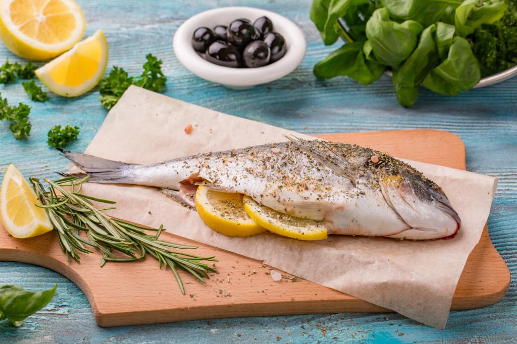 Рыба, запеченная в фольге, с луком, чесноком, лимоном и травами