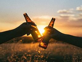 Оградить от стресса и не пытаться изменить: 5 советов, как помочь близкому с алкогольной зависимостью