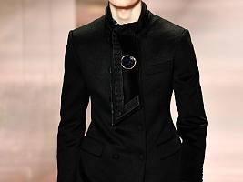 Мужской макияж в топе: модели с красными губами и бледной кожей на показе Fendi Haute Couture SS 2021
