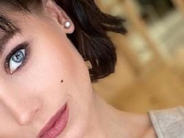 Кристина Асмус сделала макияж в стиле дрейпинг (очень идет к темным волосам)
