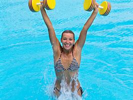 Аквааэробика: 5 легких упражнений для стройности на отдыхе