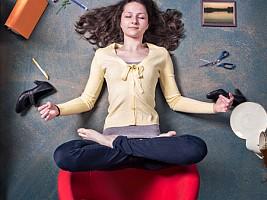 Без отрыва от работы: 5 упражнения из йоги, которые помогут избавиться от усталости в офисе