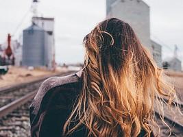 15 вещей, которые точно нужно перестать делать с волосами в этом году